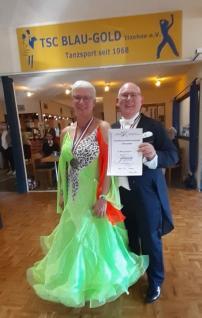 Silvia und Torsten Föh erhalten ihre Urkunde für den dritten Platz bei den Landesmeisterschaften im Paartanz in Itzehoe 2021